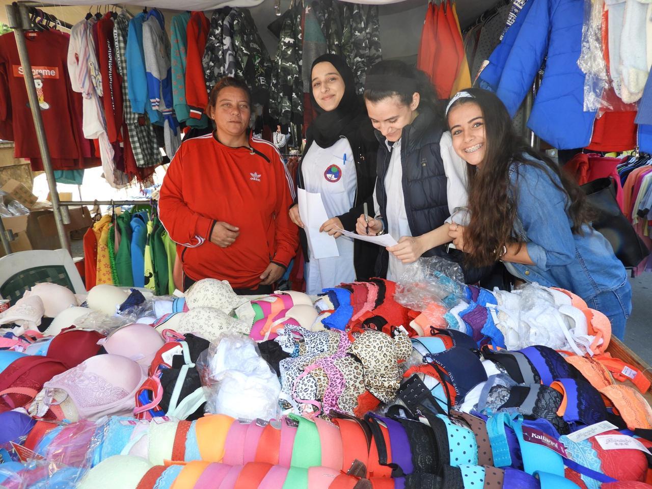 Estudiantes en el mercado libanés