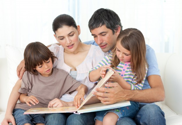padres leyendo cuento a niños
